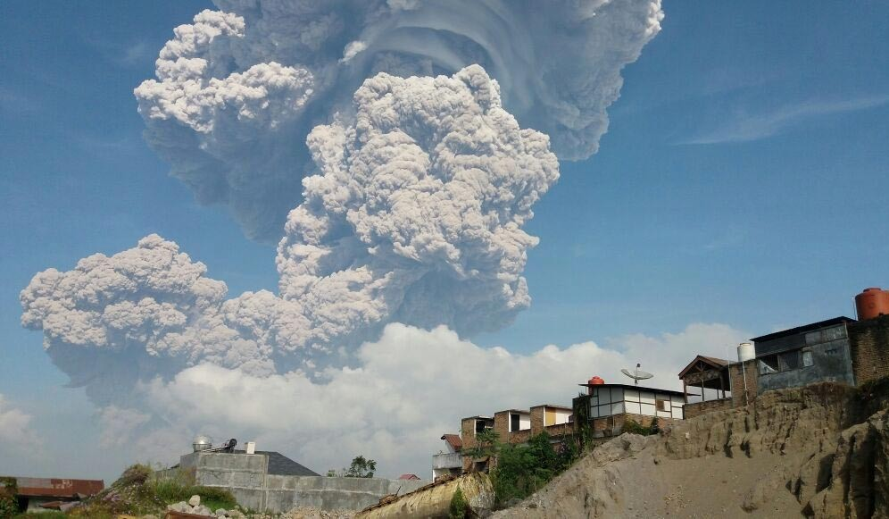 Mt. Sinabung spews hot clouds, volcanic ash after quiet month