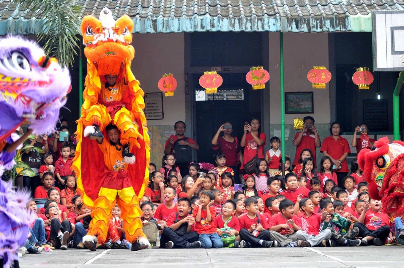 Showtime: The barongsai troupe entertains primary school students in Solo. JP/ Maksum Nur Fauzan