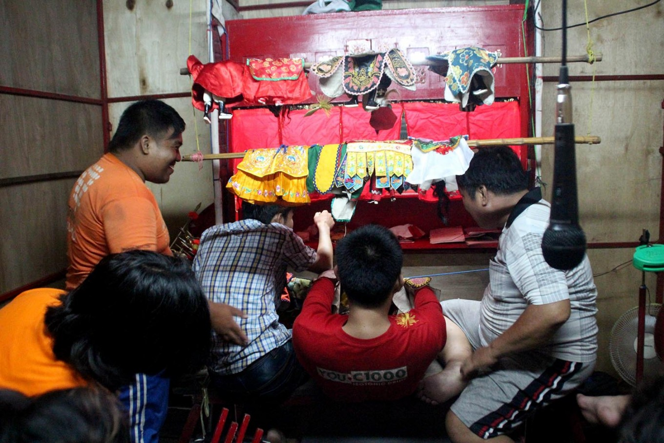 Puppeteer Thio Hauw Lie (right) and his team present the Potehi puppet show. JP/Suherdjoko
