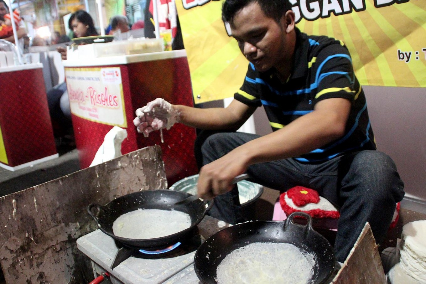 Takim demonstrates his skill in making lunpia (spring roll) skin at the night market. Semarang is famous for its lunpia. JP/Suherdjoko