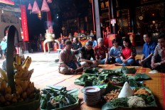 The organizing committee of the Semawis Imlek Night Market holds a prayer accompanied by offerings, adopting the Javanese tradition, at the Tay Kak Sie Chinese temple in Semarang's Chinatown. JP/Suherdjoko