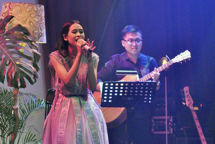 Love and life: Singer Maudy Ayunda (left) performs during the launch of her latest album Oxygen at Ice Palace, Lotte Shopping Avenue, in Kuningan, South Jakarta, on Feb. 15.