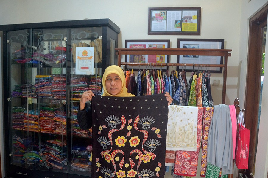 Siti Laila, who established the Batik Terogong business years ago, shows off some of the motifs in her workshop. JP/Endro Prakoso