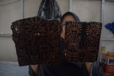 The bronze patterns show motifs of ondel-ondel and Abang-None (Master and Miss), which are the specialty of Batik Terogong. JP/Endro Prakoso