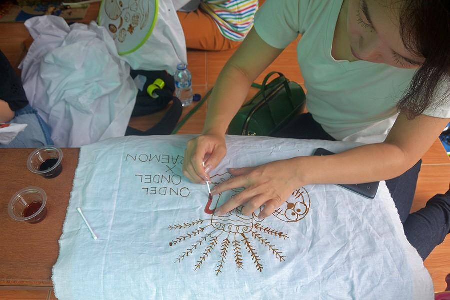 A visitor creates her own batik motif. JP/Endro Prakoso