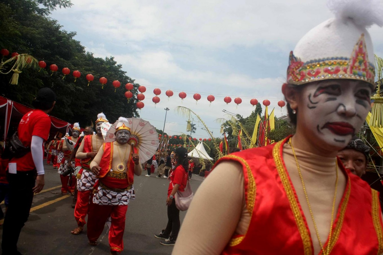 Parade participants wear Punokawan costumes. Punokawan is a quartet of clown servants of the hero in Javanese wayang (puppet) taken from the Mahabharata epic. JP/Maksum Nur Fauzan