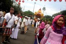 Parade participants pull the Ratha Yatra Sri Jagadnatha carriage. JP/Maksum Nur Fauzan