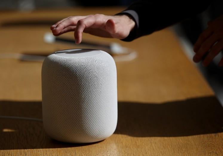 SAN FRANCISCO, CA - FEBRUARY 09: Customers inspect the new Apple HomePod at an Apple Store on February 9, 2018 in San Francisco, California. Apple's new HomePod went on sale today at Apple Stores in the United States, United Kingdom, and Australia. The HomePod retails for $349.
