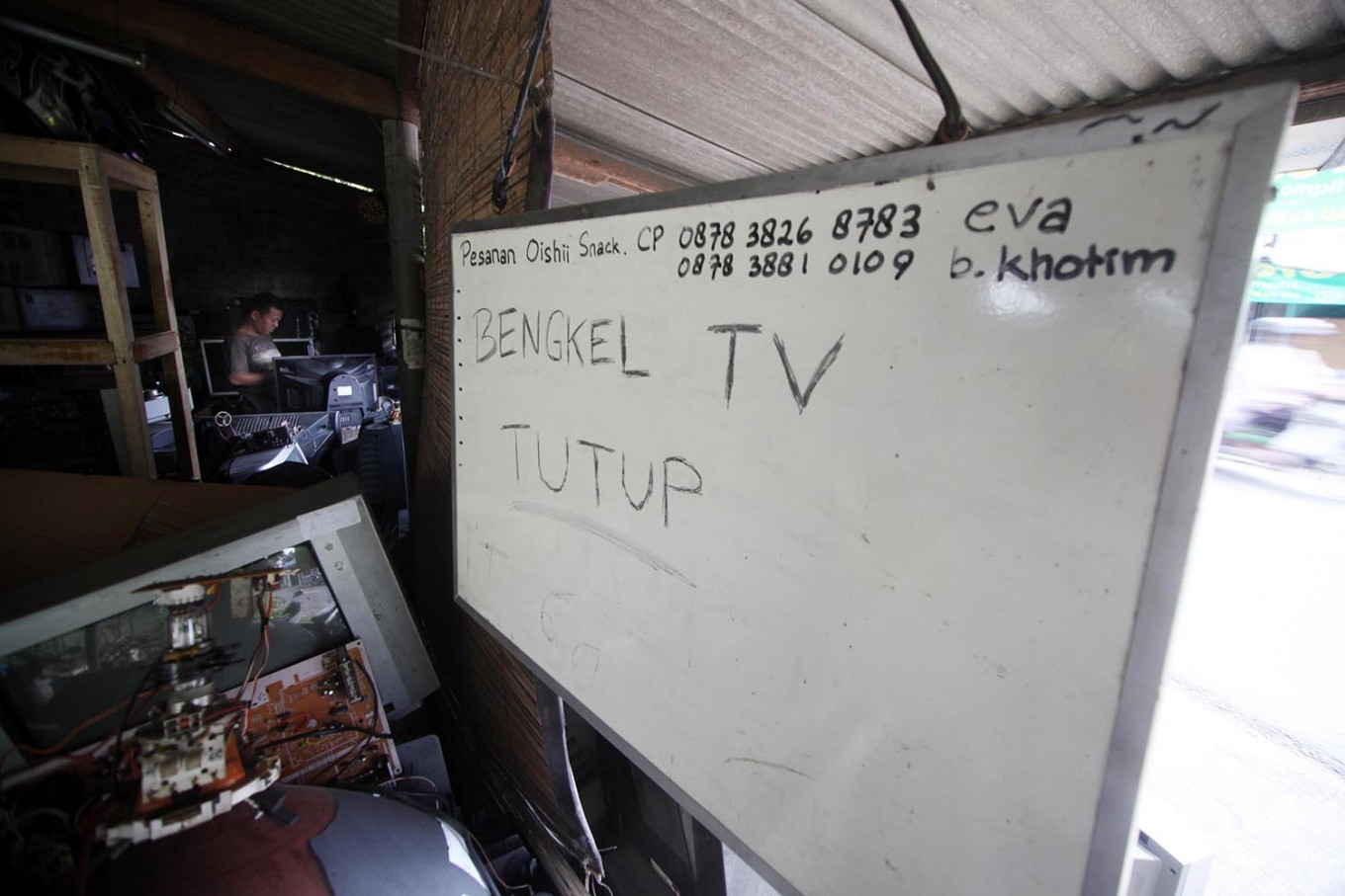 """The """"closed"""" sign on a whiteboard in front of Sugeng's workshop. JP/Boy T. Harjanto"""