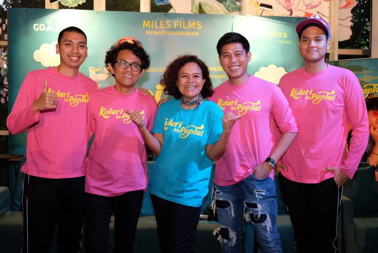 Director Riri Riza and producer Mira Lesmana (center) pose alongside members of pop-jazz trio RAN - Rayi (left), Nino (second right) and Asta (right) - during the press conference for 'Kulari ke Pantai' (I Run to the Beach) on March 7 in Kemang, South Jakarta.