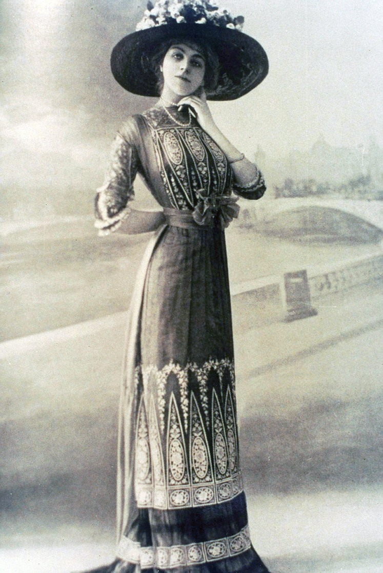 Classic: A dress from fashion house Lafarriere in Paris ( 1910 ) is decorated with two rows of elongated triangles that mirror the arrangement of a Javanese sarong skirt.