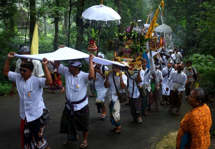 Hundreds of Hindus flock to Jolotundo temple, Mojokerto for the Melasti ceremony.