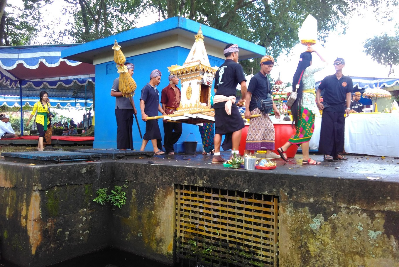 Hindus place their offerings at the edge of Umbul Geneng in Klaten, Central Java, on Sunday, March 11. Melasti is held to mark the beginning of the ceremonies prior to Nyepi (Hindu Day of Silence), which will be commemorated on March 17.