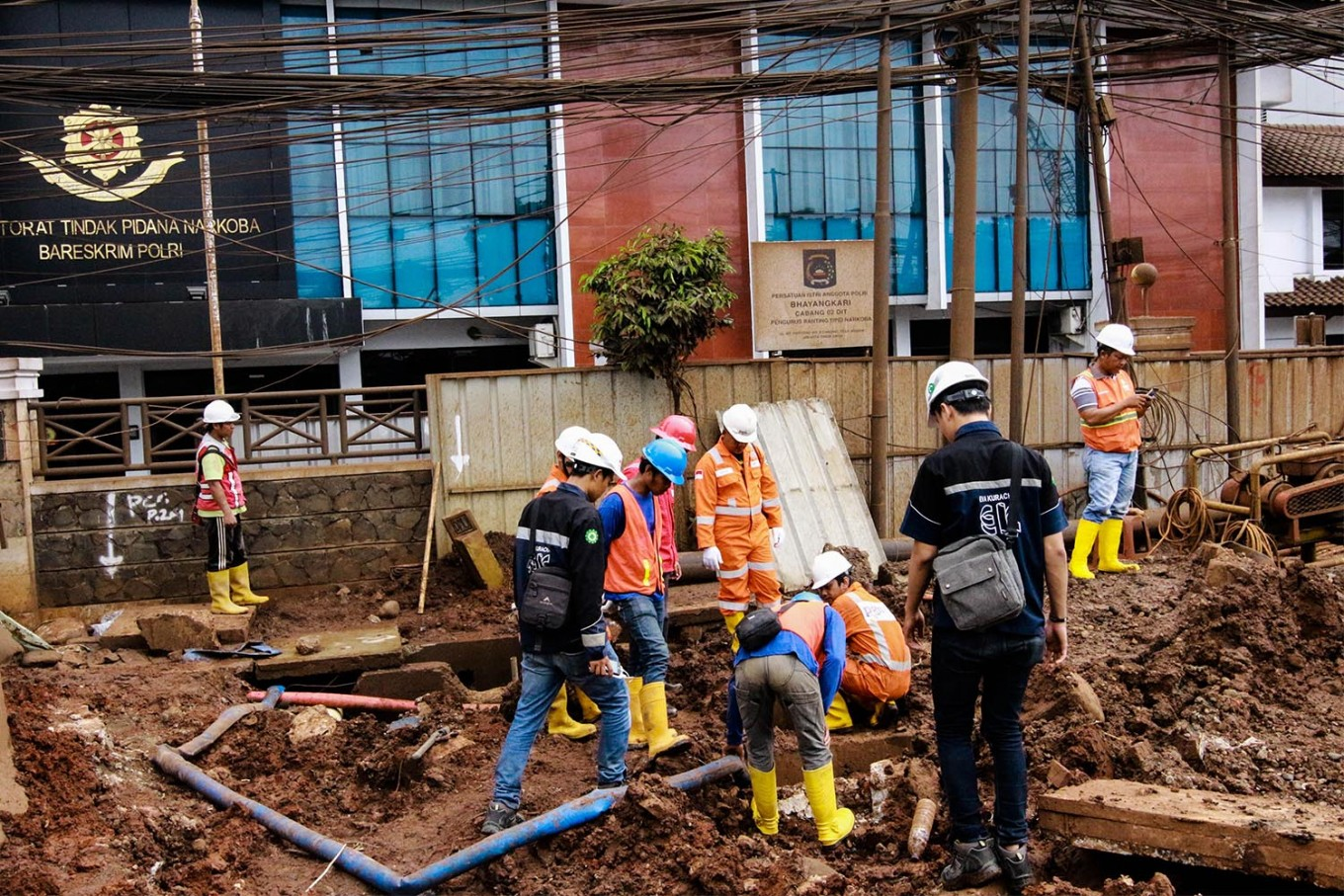 Leaking gas pipe in East Jakarta caused by miscommunication Contractor & Leaking gas pipe in East Jakarta caused by miscommunication ...