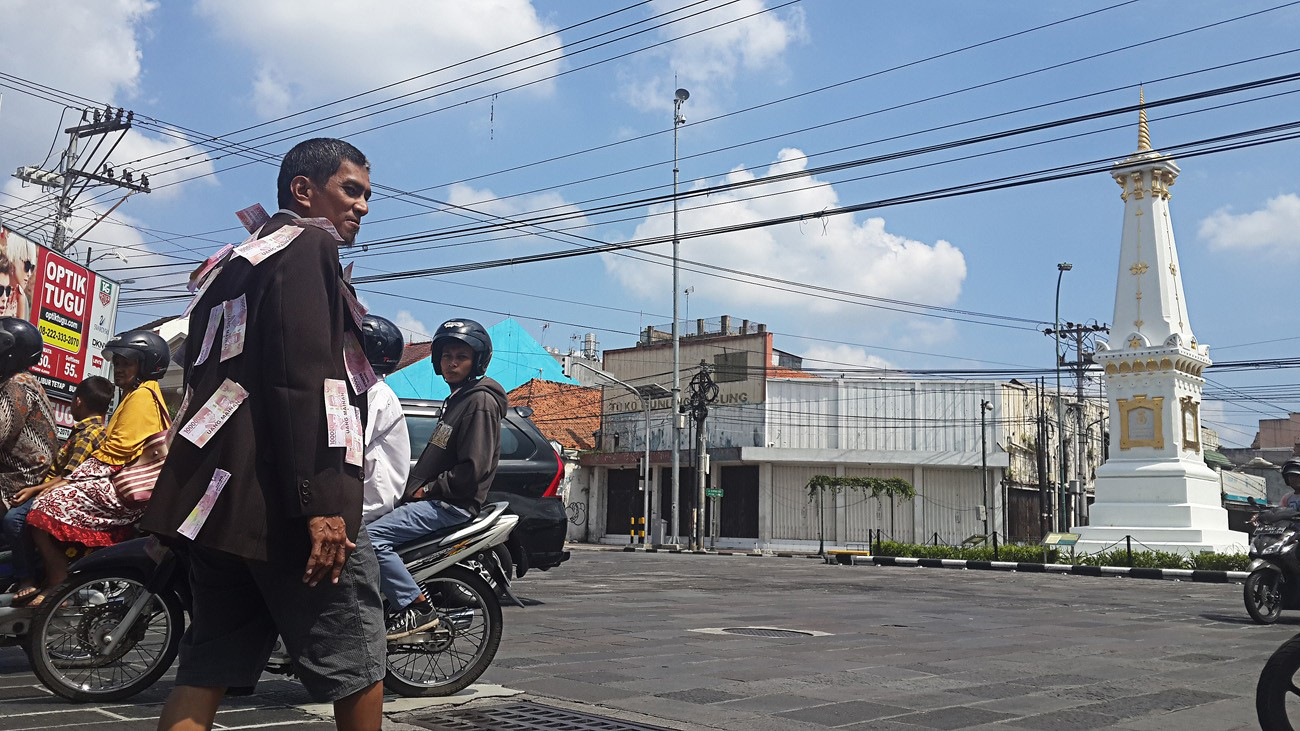 Yogyakarta activist walks backward to spread anticorruption message
