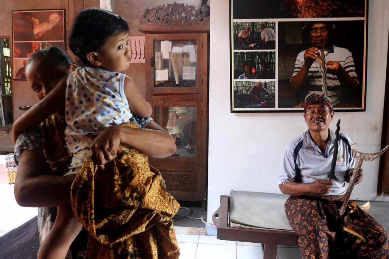 Bandi shows off his kris. JP/Maksum Nur Fauzan