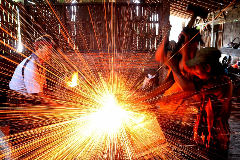 Bandi and three workers forge a kris. JP/Maksum Nur Fauzan