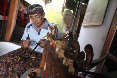 Bandi puts the finishing touches on a kris. JP/Maksum Nur Fauzan
