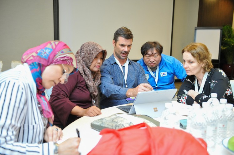 Indonesian teacher Raden Roro Martiningsih (second from left) joins a discussion with teachers from other countries.