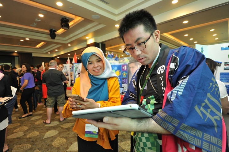 Indonesian teacher Upi Fitriani (left) participates in a discussion with another teacher at the Learning Marketplace.