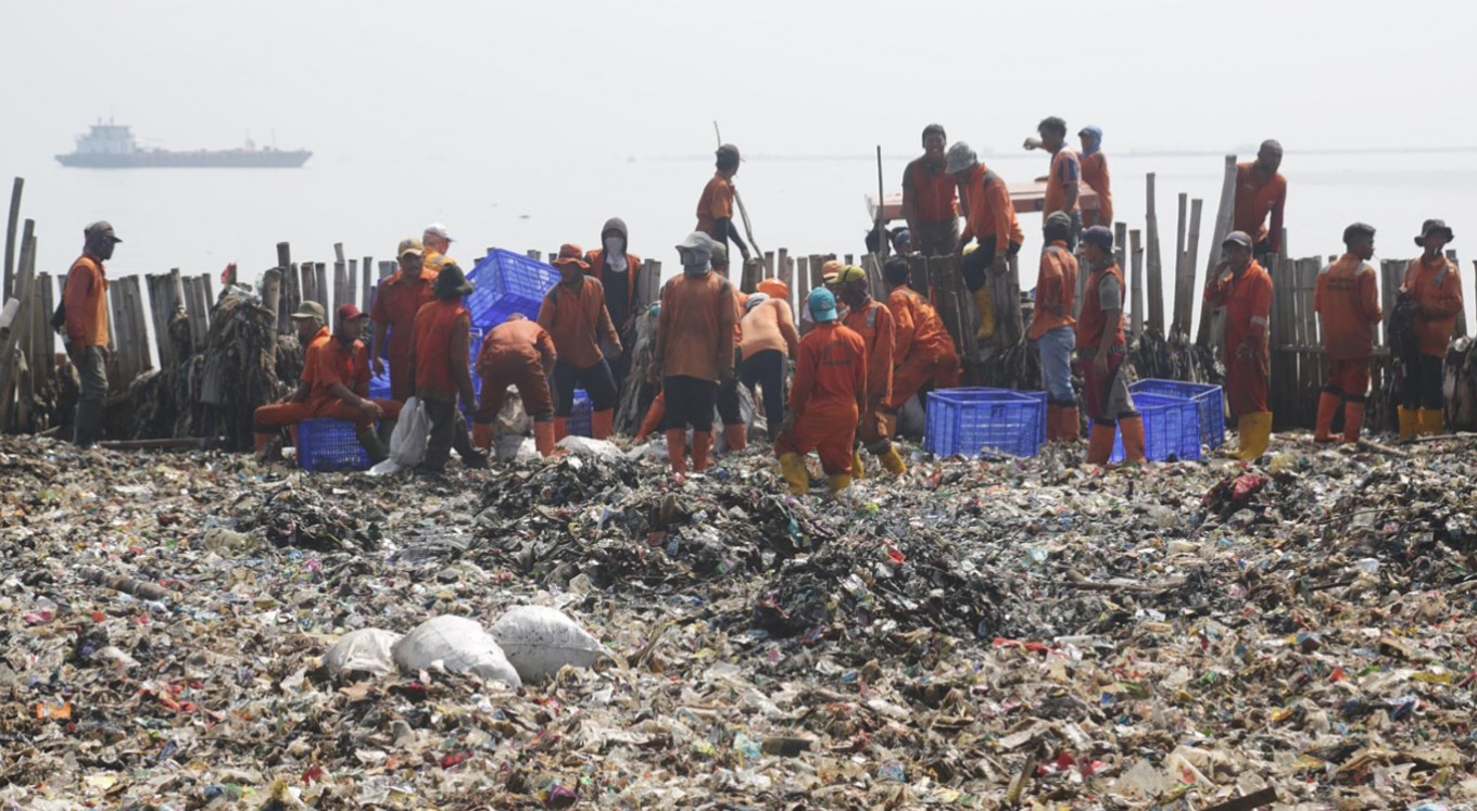 Muara Angke swamped with tons of plastic