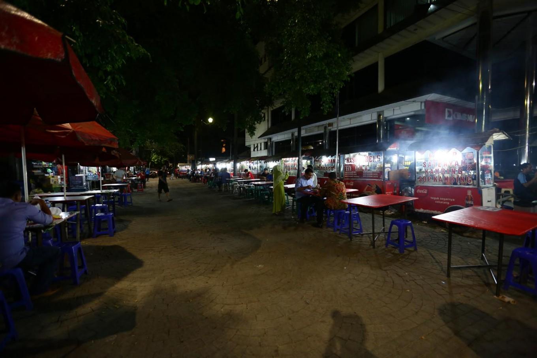 Street food vendors near Taman Menteng.