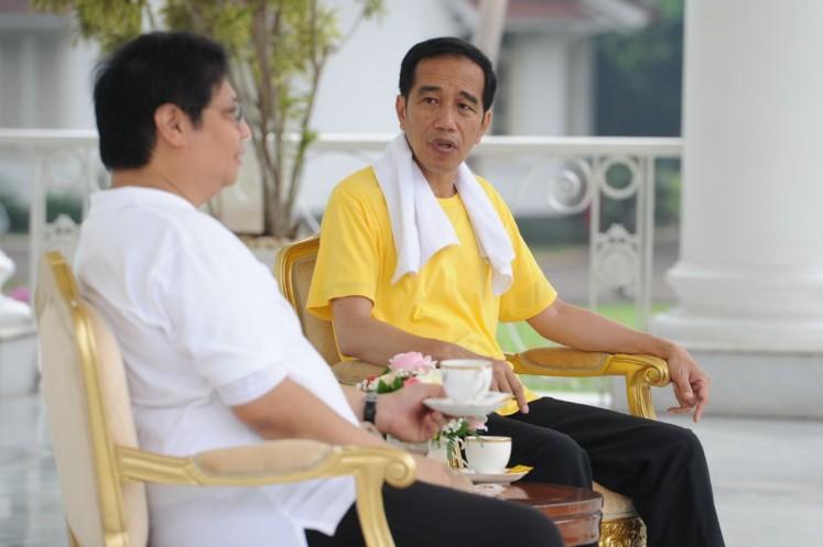 "President Joko ""Jokowi"" Widodo (right) and Golkar Party leader Airlangga Hartarto enjoy tea time after a jog at Bogor Palace in West Java on Saturday."