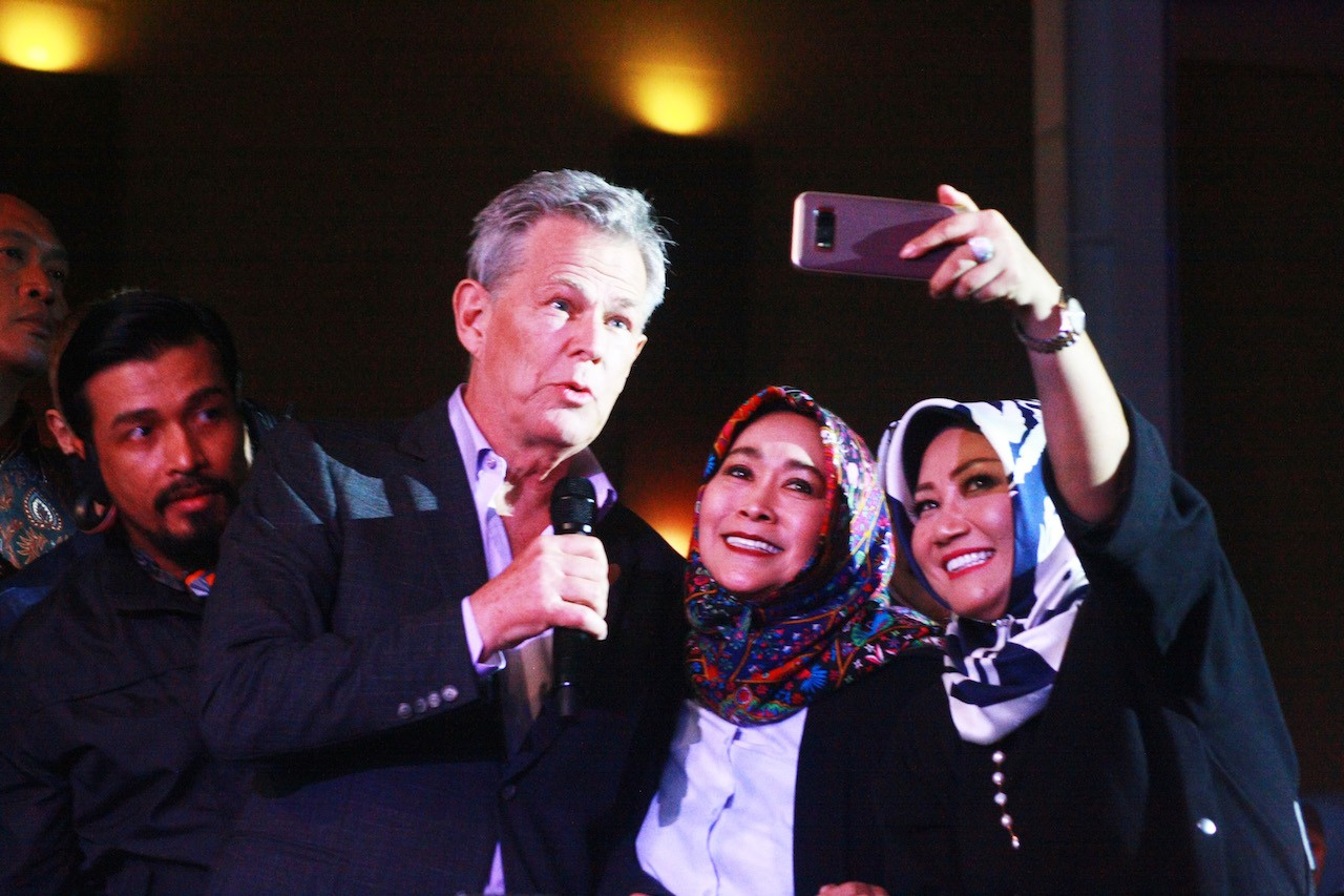 David Foster mingles with the audience at the Hitman: David Foster and Friends concert series at De Tjolomadoe, Central Java, on March 24.