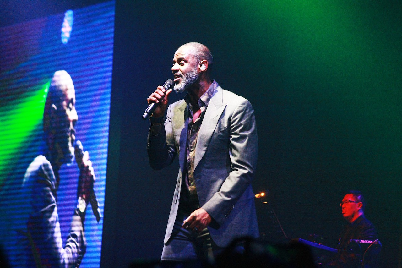 American R&B singer-songwriter, arranger, producer and musician Brian McKnight performs a number-one hit alongside David Foster in the Hitman: David Foster and Friends concert series at De Tjolomadoe, Central Java, on March 24.
