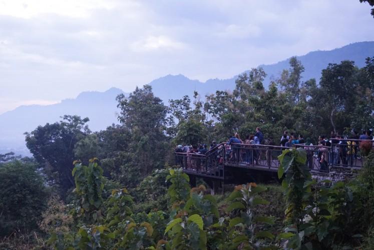 Visitors waiting for the sunrise at Punthuk Setumbu.
