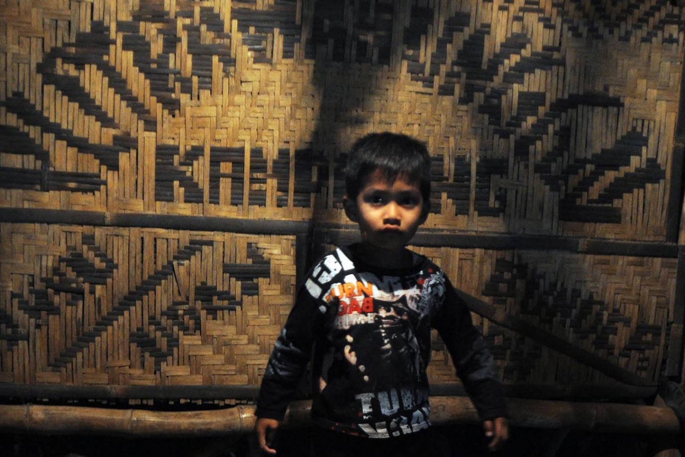A boy watches the cultural performance with awe. JP/Magnus Hendratmo