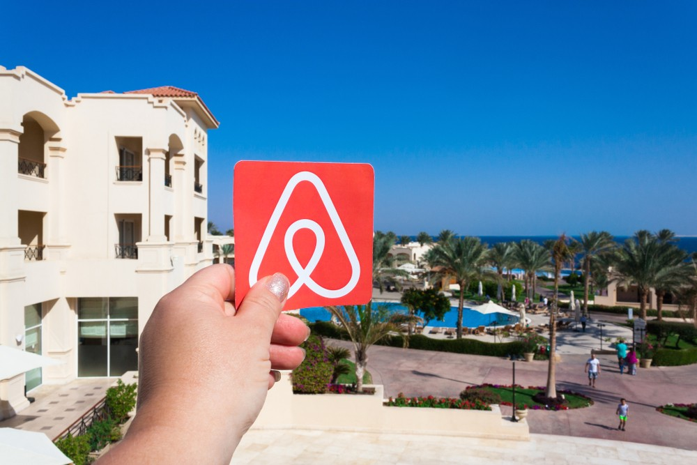 Airbnb eyes the sky with hire of aviation exec