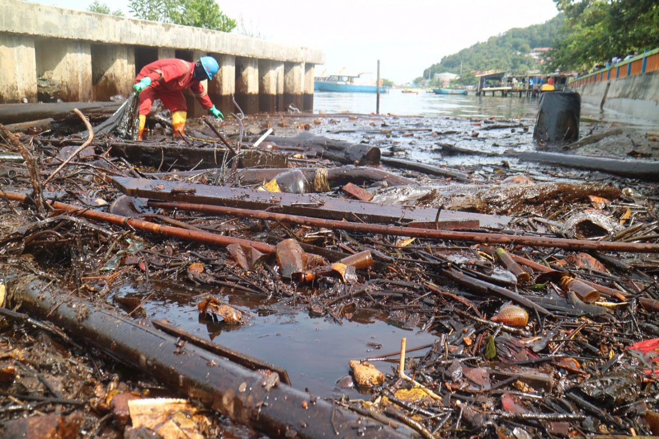 Hazardous, toxic waste pollutes beaches in Balikpapan Bay