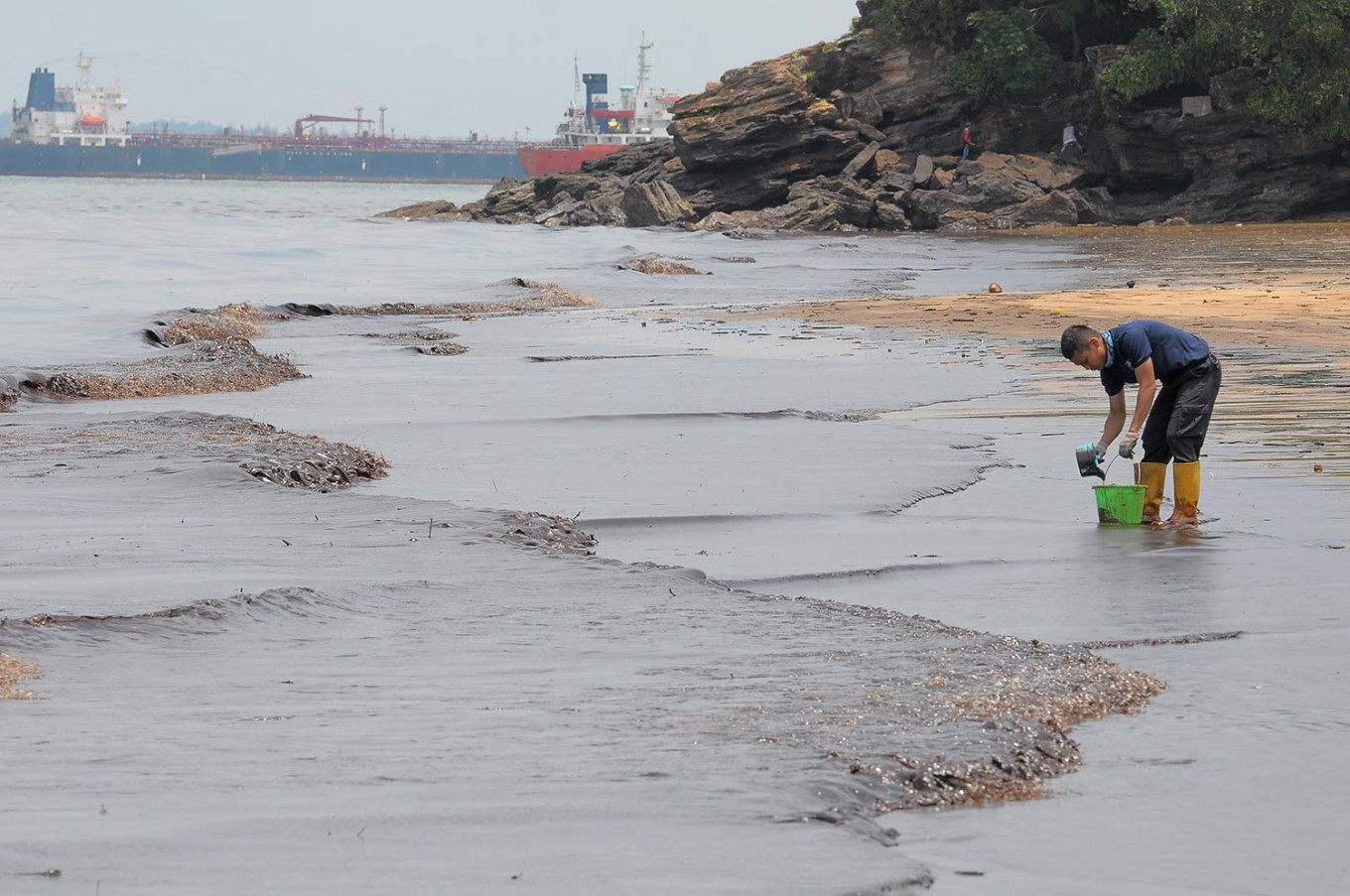 Pertamina makes headway in cleaning Balikpapan spill