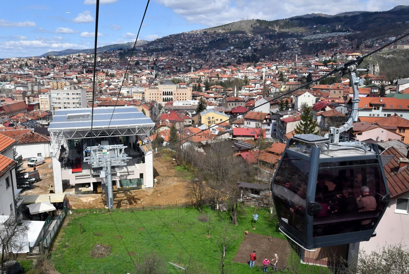sarajevo cable car reopens 26 years after siege start news the jakarta post. Black Bedroom Furniture Sets. Home Design Ideas