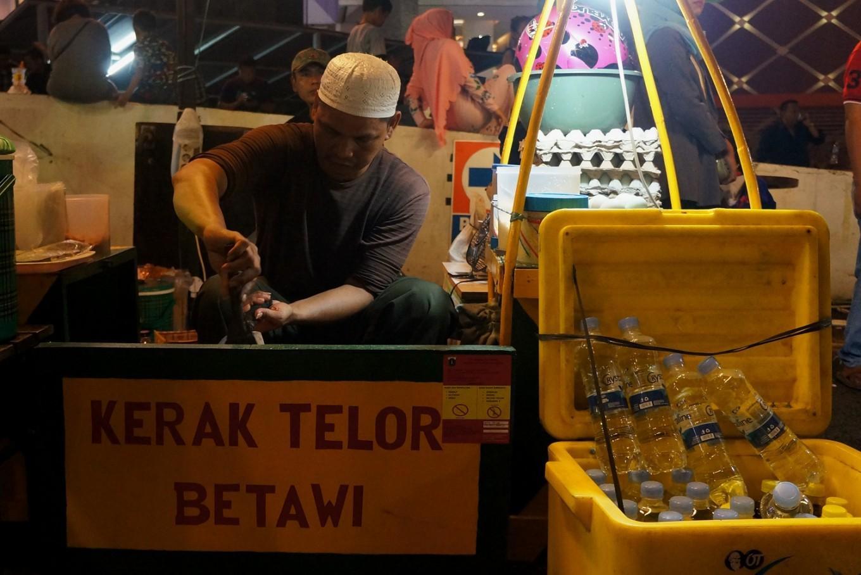 A 'kerak telor' seller at the Jakarta Fashion & Food Festival (JFFF) 2018.
