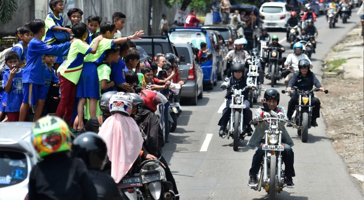 Jokowi tours Sukabumi with his gold chopper