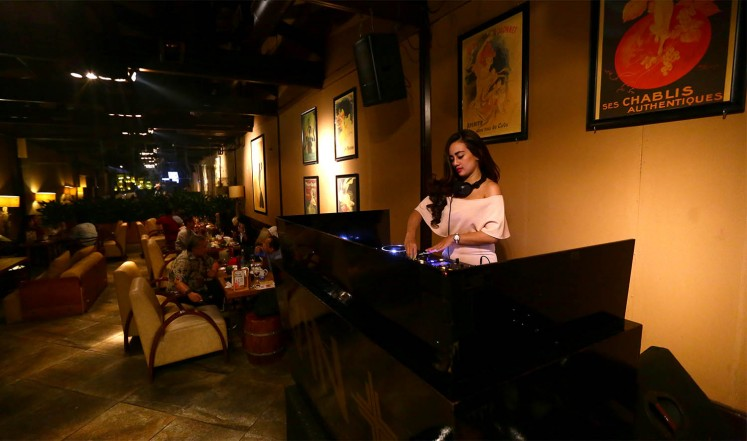 A DJ performs VIN+.