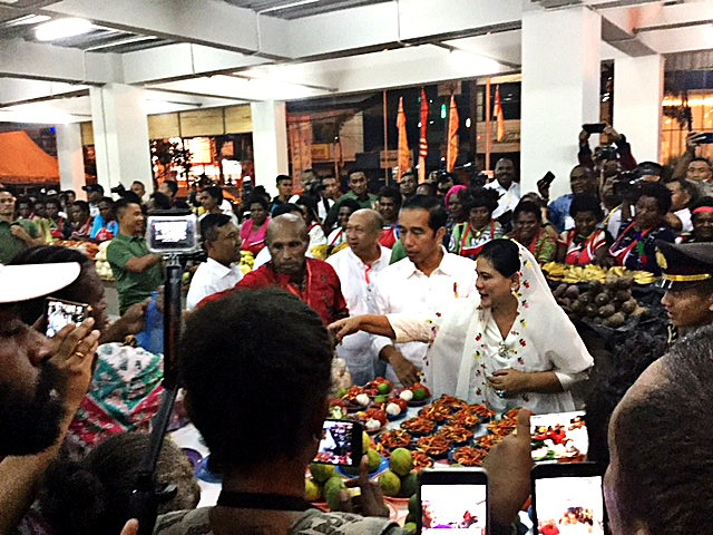 Happy shopping: Jokowi and First Lady Iriana shop for herbs and vegetables during their visit to the market.