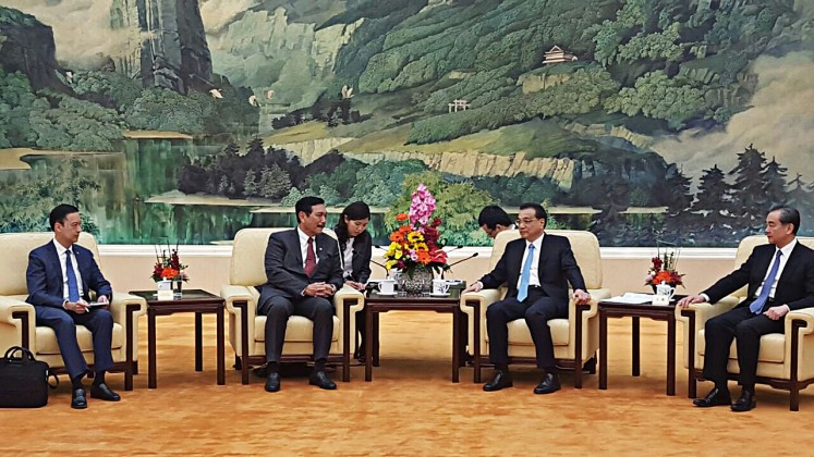 Closer ties: Coordinating Maritime Affairs Minister Luhut Binsar Pandjaitan (second left) talks with China Prime Minister Li Keqiang (second right) on the sidelines of the Belt and Road Trade and Investment Forum in Beijing, China, on April 12.