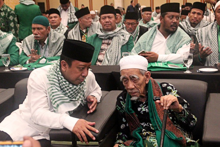 Respect your elders: United Development Party (PPP) chairman Romahurmuziy (left) talks with a notable, charismatic ulema, KH Maemoen Zubair (right), during the Second Ulema National Working Meeting (Munas) in Semarang on Friday.
