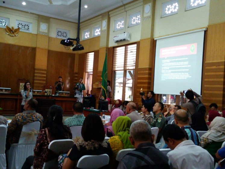 All set: Bogor District Court (PN) E Court team head Dewi Lestari Nuroso explains the implementation of the e-court system during an event at the court on April 13.