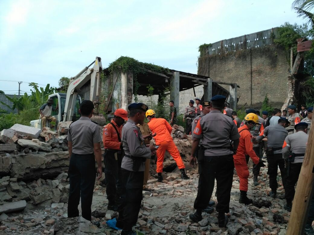 Seven dead after old building collapses on music hall