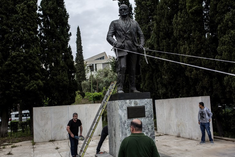 Greek communists try to topple Truman statue