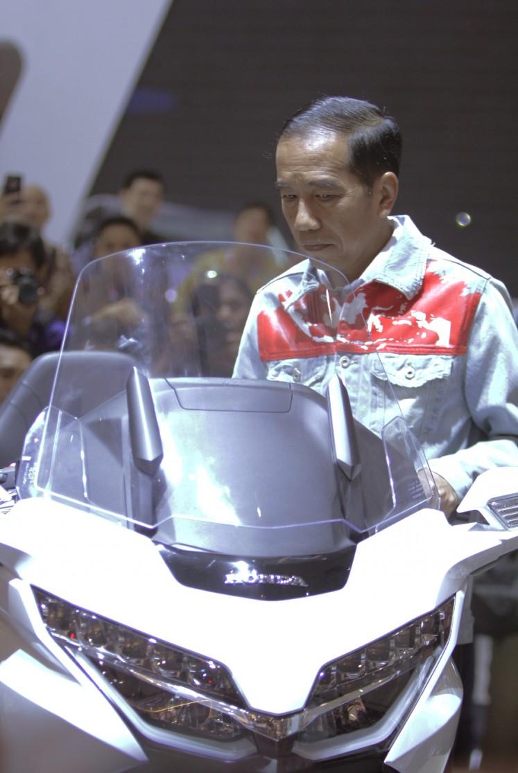 President Joko Widodo visits the Honda pavilion at the 2018 Indonesia International Motor Show at JIEXpo Kemayoran, Central Jakarta, on April 19.