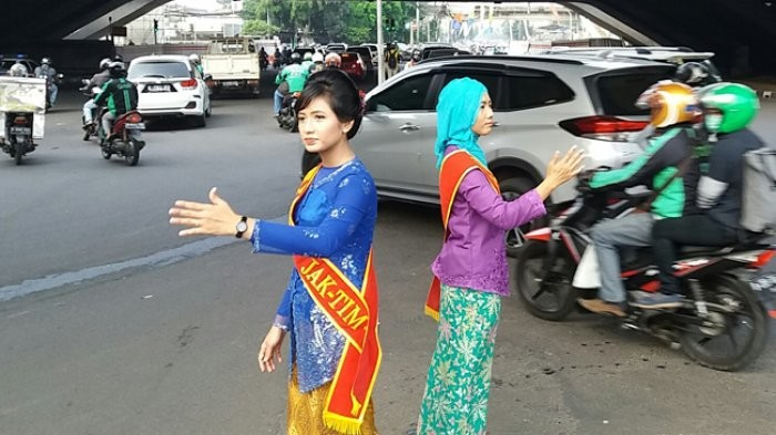 Women traffic police wear 'kebaya' while on duty