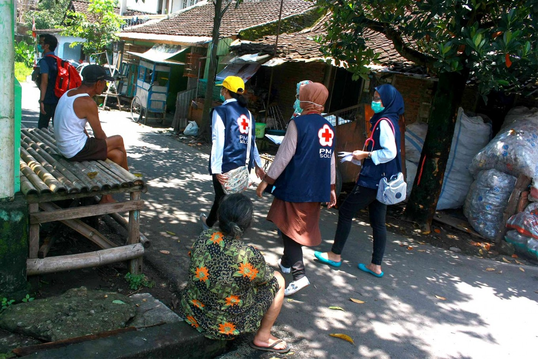 Three doctors stroll along a street in Surakarta. JP/Maksum Nur Fauzan
