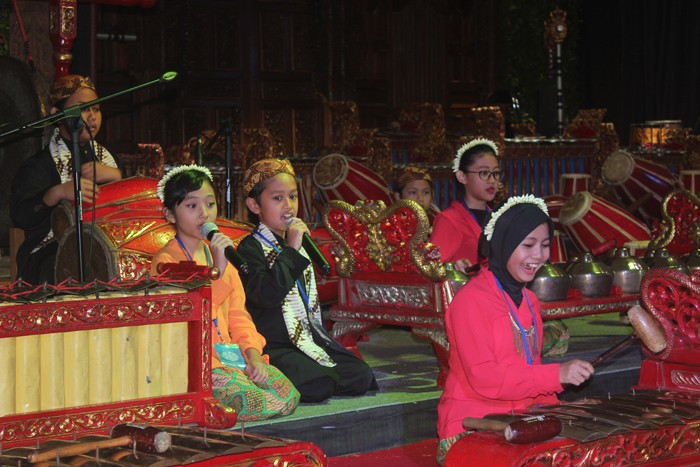 Students of Nizamia Andalusia elementary school sing