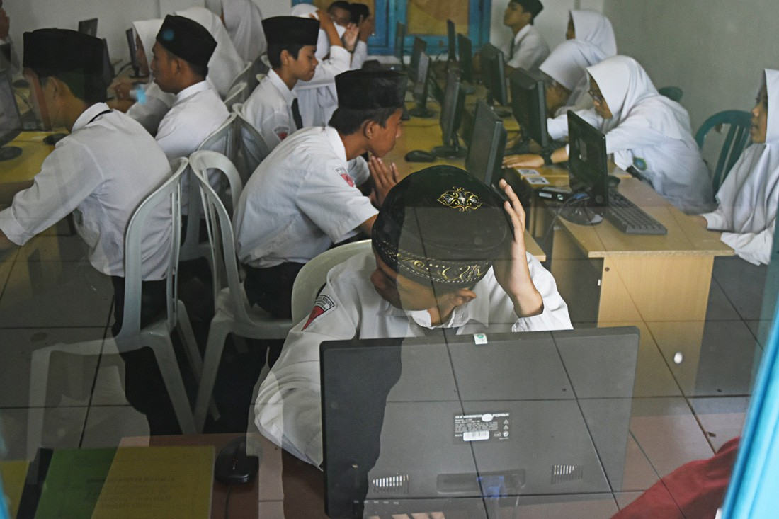 Students in S. Kalimantan spend 17 hours on sea to sit national exams