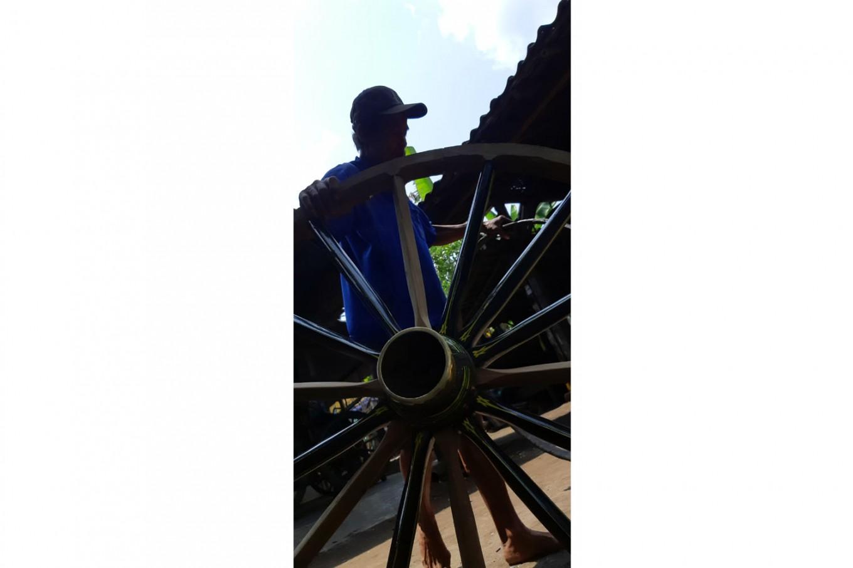 Getting it done: A repairmen prepares to fix another set of wheels. JP/R. Berto Wedhatama